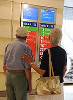 City-Tunnel Leipzig - der neu entstandene Fußgängertunnel am Hauptbahnhof wird eingeweiht - Rentnerpaar schaut auf die Anzeigetafel an einem Aufgang zur Haltestelle der Straßenbahn.<br /> Foto: aif / Anika Dollmeyer