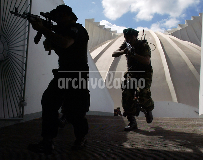 Trainning of the Special Operations Comando (COE), in Manauga, Nicaragua,  one of the most sofisticated armed forcers of Central America aimed to fight drug trafficking and organized crime that police cannot control...Entrenamiento del Comando de Operaciones Especiales, COE, de Nicaragua, una unidad del Ejercito altamente sofisticadas y entrenada para combatir el narcotrafico y el crimen organizado, como los mareros, que la policia no pueda contener.