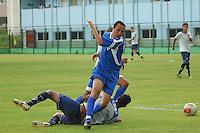 BARUERI, SP - 18.01.2012 – JOGO TREINO GREMIO BARUERI X GREMIO OSASCO – Rogerio em disputa de bola no jogo treino. Nesta quarta-feira (18) a tarde as equipe do Gremio Barueri e Gremio Osasco participaram de um jogo treino, no Centro de Treinamento da Vila Porto em Barueri, na Grande SP. O jogo acabou empatado em 1 a 1, os gols foram marcados por Marcelinho (Barueri) e Luciano (Osasco). (Foto: Renato Silvestre/NewsFree)