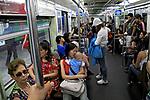 Passageiros no vagão do metrô. São Paulo. 2009. Foto de Juca Martins.