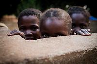 Kinder in Bossangoa im Norden der Zentralafrikanischen Republik an einem Brunnen des Ortes