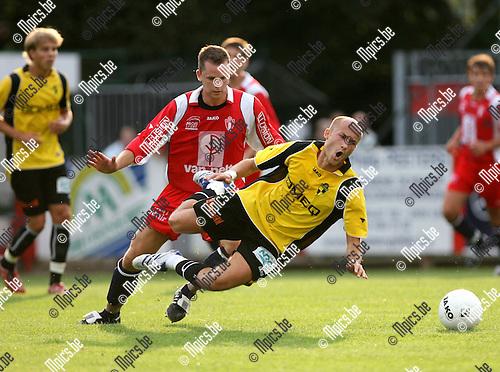 2008-07-26 / Voetbal / K. Lyra T.S.V - K. Lierse S.K. / Tackle van Ben Dresen van Lyra op Nderim Nedzipi van Lierse..Foto: Maarten Straetemans (SMB)