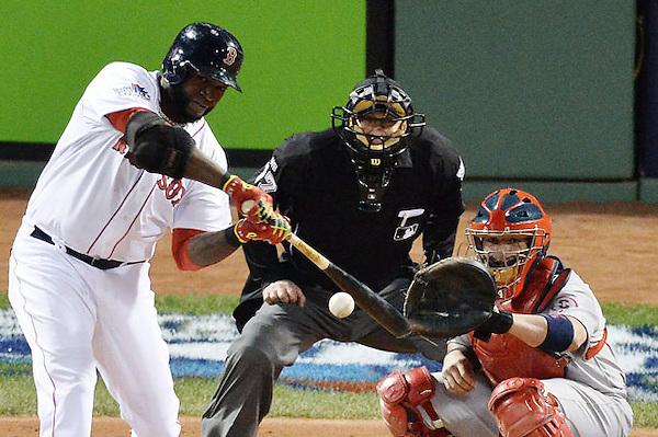 MCX62. BOSTON (EE.UU.), 23/10/2013.- El bateador de los Medias Rojas de Boston David Ortiz batea un jonrón ante los Cardenales de San Luis hoy, miércoles 23 de octubre de 2013, durante el primer juego de la Serie Mundial de Béisbol de la Liga Mayor de Béisbol (MLB) 2013 en el Parque Fenway en Boston (EE.UU.). Los juegos uno, dos, seis y siete serán jugados en Boston y los juegos tres, cuatro y cinco, si es necesario, en busca del mejor de una serie de siete. EFE/JASON SZENES