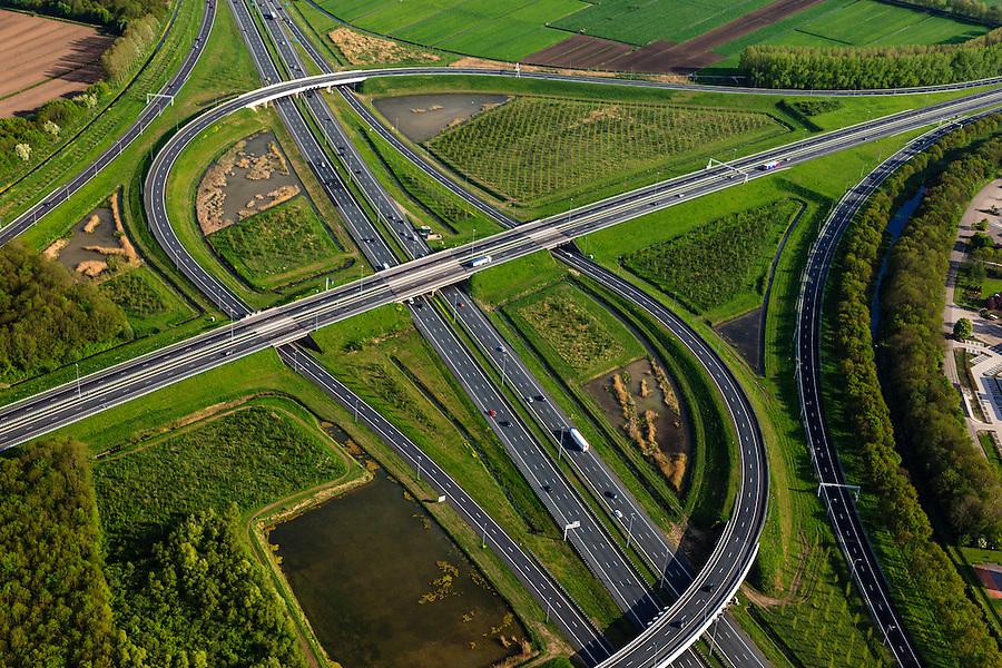Nederland, Utrecht, Gemeente Vianen, 09-05-2013; Knooppunt Everdingen, aansluiting A27 (vlnr) en A2 (gezien naar het zuiden, boven). Gedeeltelijk turbineknooppunt. <br /> Everdingen junction between motorway A2 en A27.<br /> luchtfoto (toeslag op standard tarieven)<br /> aerial photo (additional fee required)<br /> copyright foto/photo Siebe Swart
