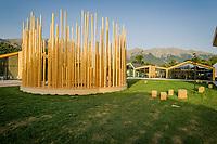 """Amatrice (RI) 10 agosto 2017 - Area Food di San Cipriano - Amatrice -, voluta dal Comune e realizzata grazie alle donazioni raccolte da il Corriere della Sera-RCS e La7. Il complesso, di oltre duemila metri quadrati di superficie, è stato progettato dallo studio Stefano Boeri Architetti. I locali ospiteranno anche la mensa per la nuova scuola e sorgono intorno a uno spazio pubblico aperto nella quale è situata l'installazione in legno chiamata """"Radura"""". Opera già installata nel chiostro dell'Università di Milano, essa è costituita da un cerchio di 350 colonne cilindriche raffiguranti un bosco artificiale. Foto di Adamo Di Loreto/BuenaVista*photo"""
