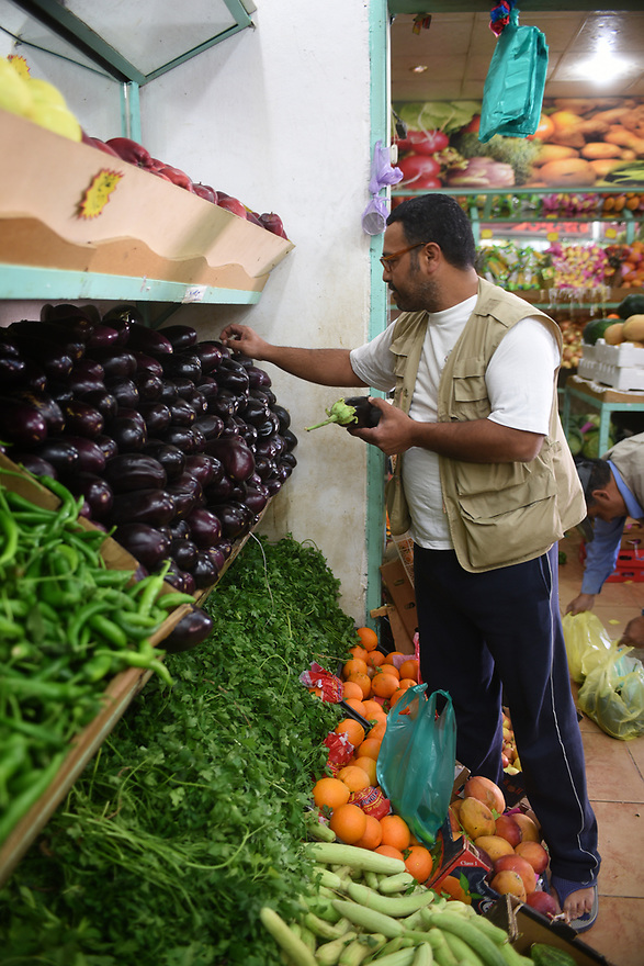 A PIECE OF JORDAN - TRAVEL FEATURE.ASAD'S COUSIN JETHRO SHOPPING FOR GROCERIES A THE LOCAL MARKET. PHOTO BY CLARE KENDALL. 07971 477316.