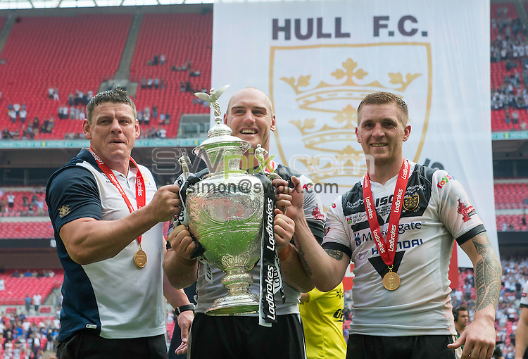 Picture by Allan McKenzie/SWpix.com - 27/08/2016 - Rugby League - Ladbrokes Challenge Cup Final - Hull FC v Warrington Wolves - Wembley Stadium, London, England - Hull FC coach Lee Radford, captain Gareth Ellis & Marc Sneyd with the Ladbrokes Challenge Cup trophy after their victory over Warrington.