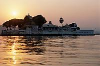 Asie/Inde/Rajasthan/Udaipur : Palais sur l'île de Jag Mandir dans la lumière du soir sur le lac Pichola