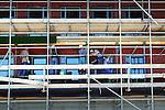 In Ypenburg werken na de dagelijkse werkdag om half vijf een ploeg van acht Poolse bouwvakkers aan het voegen van metselwerk van een nieuwbouwproject. Buitenlandse Poolse arbeiders zijn goedkoop omdat werkgevers hen als kleine zelfstandigen, zgn ZZP'rs kan inhuren voor weinig geld, waarna ze verder zelf verantwoordelijk zijn voor het betalen van de sociale lasten, verzekeringen en belastingen. Volgens de Kamer van Koophandel is het aantal ingeschreven buitenlandse ZZP'rs de afgelopen jaren verdubbeld. COPYRIGHT TON BORSBOOM