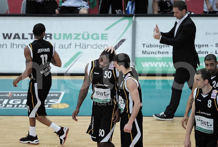 Basketball   1. Bundesliga 2009/2010  22.04.2010 Walter Tigers Tuebingen -   Telekom Baskets Bonn Kenneth Wiliams ( Mitte li, Tigers) wird von Branislav Ratkovica umarmt