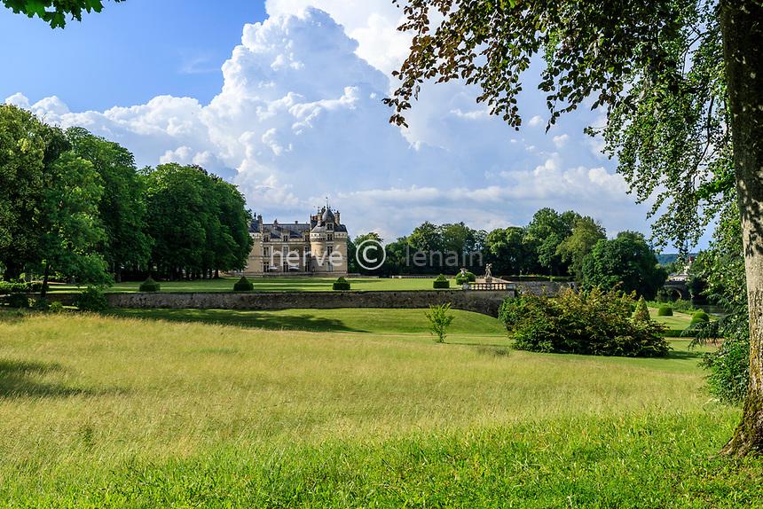 France, Sarthe (72), Le Lude, château et jardins du Lude, prairie et façade sur du château