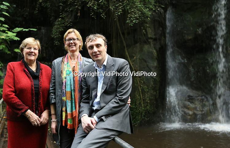 Foto: VidiPhoto..ARNHEM - Directie van Burgers' Zoo in de Bush. Greet van Hooff, Bertine van Hooff-Nusselder (vrouw van directeur Alex van Hooff), en Alex van Hooff.