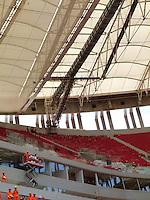 BRASÍLIA, DF 08, DE MAIO 2013. EX PRESIDENTE LULA VISITA O ESTÁDIO NACIONAL MANÉ GARRINCHA EM BRASÍLIA. Operarios trabalham durante visita do ex presidente Luiz Ignácio Lula da Silva (LULA), junto com o governador do Distrito Federal Agnelo Queiroz, ao Estádio Nacional Mané Garrincha em Brasília nessa tarde de quata feira (08). FOTO RONALDO BRANDÃO / BRAZIL PHOTO PRESS