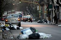 BUENOS AIRES, ARGENTINA, 17 JULHO 2012 - GREVE COLETA DE LIXO - Depois que o Ministério do Trabalho que determinava a conciliação obrigatória e, após uma reunião com autoridades do governo da cidade e da província, os trabalhadores levantaram o CEAMSE greve que se manteve fechada para o aterro Norte III, que teve impediu a coleta de lixo na capital e seus subúrbios desde domingo. Os sacos de lixo amontoados em vários bairros de Buenos Aires Buenos Aires e municípios. Portanto, a partir do governo de Buenos Aires disse hoje que a coleta será padronizado, a fim de ter a situação normalizada amanhã .FOTO: JUANI RONCORONI - BRAZIL PHOTO PRESS.