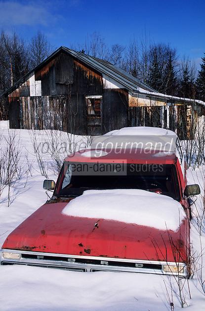 Amérique/Amérique du Nord/Canada/Quebec/Clermont : Grange et voiture en hiver