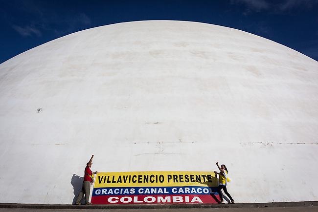 Hinchas de la Seleccion Colombia que viajaron desde Villavicencio posan para una foto en el edificio del Congreso Nacional en Brasilia. 17 Junio 2014.<br /> <br />  Lorenzo Moscia/Archivolatino<br /> lCOPYRIGHT: Archivolatino<br /> Solo para uso editorial, prohibida su venta y su uso comercial.eccion Colombia en Brasilia<br /> <br /> <br /> <br /> <br /> lCOPYRIGHT: Archivolatino<br /> Solo para uso editorial, prohibida su venta y su uso comercial.eccion Colombia en Brasilia