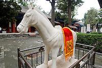 """China, Peking (Beijing), im daoistischen Tempel Dongyue Miao (Ostbergtempel), """"Jadepferd"""" aus Marmor"""