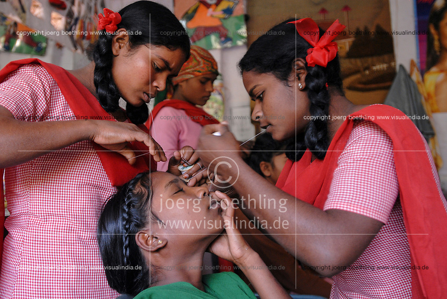 INDIA, New Delhi, Balika Ashram for former child labourer , vocational training for girls in beauty parlour, eyebrow plucking with thread  / INDIEN, Neu Delhi , Balika Ashram der NGO BBA / SACCS für ehemalige Kinderarbeiter , Friseur und Kosmetik Ausbildung , Augenbrauen zupfen mit Faden