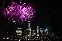 NEW YORK, EUA, 04.07.2017 - INDEPENDÊNCIA-EUA - Queima de fogos é vista na frente do World Trade Center na Ilha de Manhattan em New York nos Estados Unidos nesta terça-feira, 04. Dia da Independência norte-americana. (Foto: Vanessa Carvalho/Brazil Photo Press)