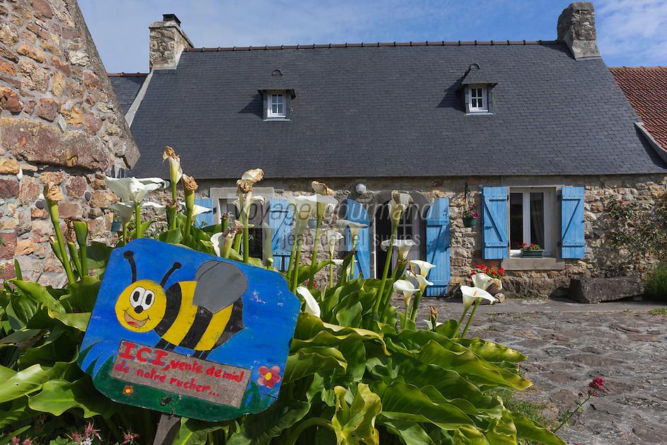 France, Bretagne, (29), Finistère, Presqu'île de Crozon, Crozon: Hameau de Montourgard, Penty et enseigne apiculteur