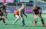 AMSTELVEEN  -  Fieke Hoff (Gro) met rechts Felice Albers (A'dam)   . Hoofdklasse hockey dames ,competitie, dames, Amsterdam-Groningen (9-0) .     COPYRIGHT KOEN SUYK
