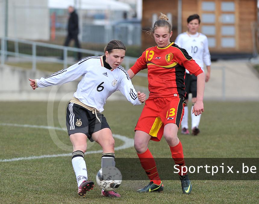 Belgie U17 - Duitsland U17 : Rieke Dieckmann (links) aan de bal voor Margaux Van Ackere.foto DAVID CATRY / Vrouwenteam.be