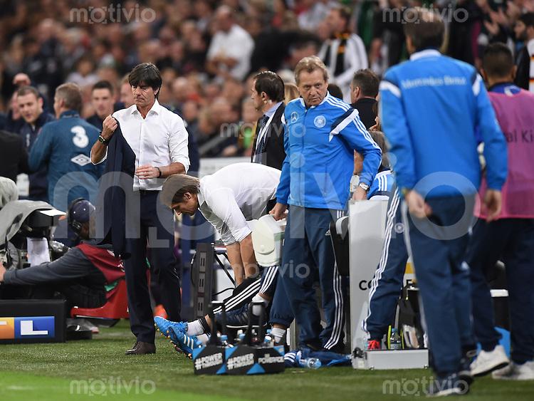 Fussball International EM 2016-Qualifikation  Gruppe D  in Gelsenkirchen 14.10.2014 Bundestrainer Joachim Loew (links) und Assistenztrainer Thomas Schneider (Mitte) nach dem Spiel enttaeuscht.