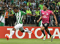 MEDELLÍN -COLOMBIA-27-07-2016. Miguel Borja (Izq) jugador de Atlético Nacional de Colombia disputa el balón con Junior Sornoza (Der) jugador de Independiente del Valle de Ecuador durante partido de vuelta por la final de la Copa Bridgestone Libertadores 2016 jugado en el estadio Atanasio Girardot de la ciudad de Medellín. / Miguel Borja (L) player of Atletico Nacional of Colombia fights for the ball with Junior Sornoza (R) player of Independiente del Valle of Ecuador during second leg match for the final of the Copa Bridgestone Libertadores 2016 played at Atanasio Girardot stadium in Medellin city. Photo: VizzorImage/ Alejandro Rosales