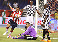 BARRANQUIILLA -COLOMBIA-02-04-2014. Martín Arzuaga (Izq) de Atlético Junior celebra un gol anotado a Boyacá Chicó durante partido por la fecha 14 de la Liga Postobón I 2014 jugado en el estadio Metropolitano Roberto Meléndez de la ciudad de Barranquilla./ Atletico Junior  player Martin Arzuaga (L) celebrates a goal scored to Boyaca Chico during match for the 14th date of the Postobon League I 2014 played at Metropolitano Roberto Melendez stadium in Barranquilla city.  Photo: VizzorImage/Alfonso Cervantes/STR