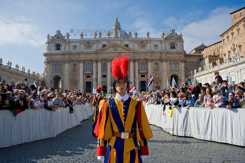 Città del Vaticano. Guardie Svizzere in Piazza San Pietro. Swiss guards in St. Petere Square