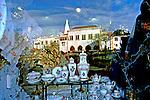 Louças de porcelana em vitrine de loja. Sintra, Portugal. 1999. Foto de Juca Martins.