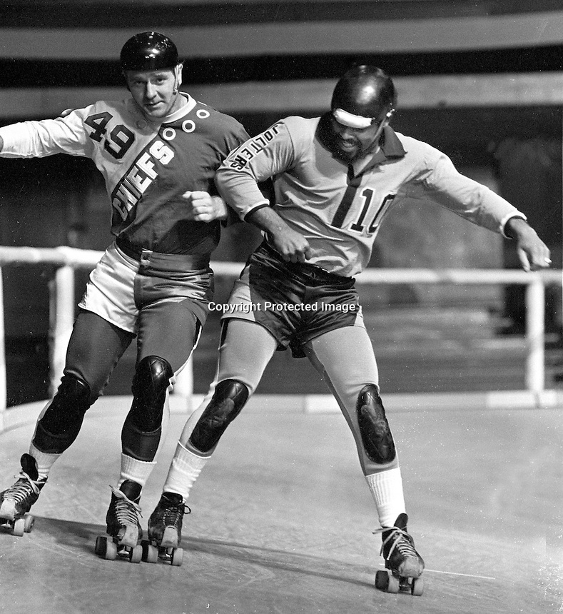 ROLLER DERBY:Billy Groll #49 of the Chiefs against #10 of  the Jolters. (1971 photo/Ron Riesterer)