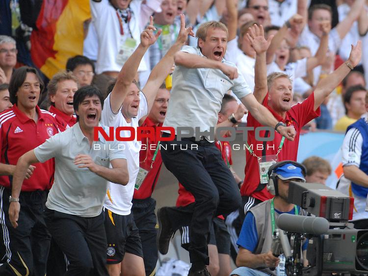 FIFA WM 2006 -  Round of Sixteen - / Viertelfinale <br /> Play    #49 (24-Jun) - Deutschland - Schweden<br /> <br /> Jubel von Trainer J&cedil;rgen Klinsmann (GER) mit der Auswechselbank nach dem 2-0<br /> <br /> Foto &copy; nordphoto