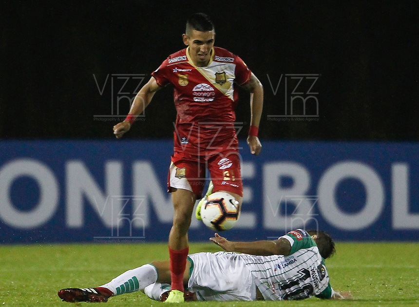 RIONEGRO - COLOMBIA, 21-03-2019: Daniel Muñoz de Rionegro disputa el balón con Lucas Mugni Oriente durante partido por la ronda 1 de la copa CONMEBOL Sudamericana 2019 entre Rionegro Águilas de Colombia y Oriente Petrolero de Bolivia jugado en el estadio Alberto Grisales de la ciudad de Rionegro. / Daniel Muñoz of Rionegro fights for the ball with Lucas Mugni of Oriente P during match for the round 1 of the copa CONMEBOL Sudamericana 2019 entre Rionegro Aguilas de Colombia and Oriente Petrolero de Bolivia played at Alberto Grisales stadium in Rionegro city.  Photo: VizzorImage / Leon Monsalve / Cont