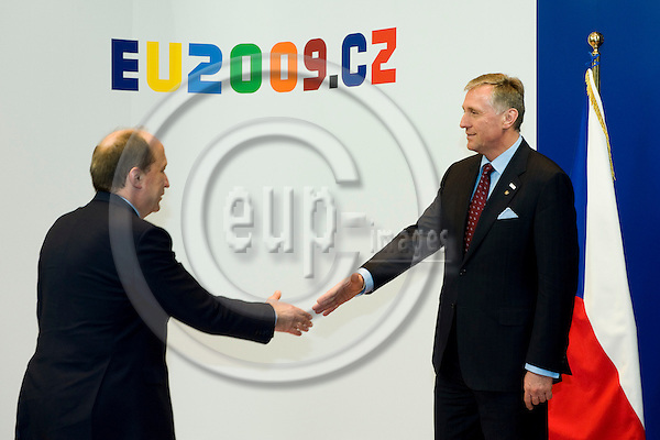 Brussels-Belgium - 01 March 2009 -- Extraordinary European Council, informal EU-summit under Czech Presidency; here, Mirek TOPOLANEK (ri)(Topolánek), Prime Minister of Czech Republic, welcomes Andrius KUBILIUS (le), Prime Minister of Lithuania -- Photo: Horst Wagner / eup-images