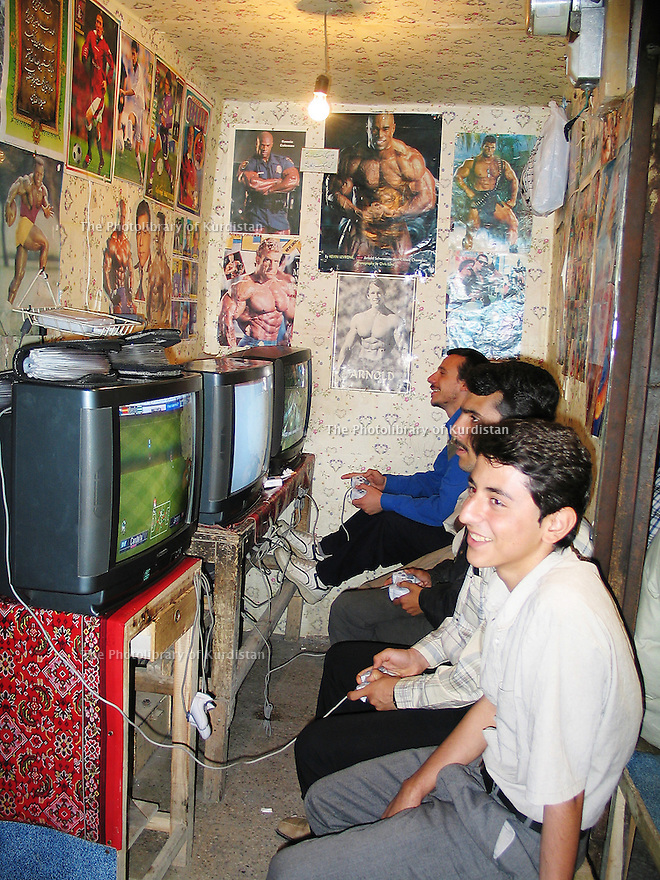 Iran 2004 Sanandaj: au bazar, jeux video<br /> Iran 2004 Sanandaj: video games in the bazar<br /> .ئیران سالی 2004 ، بازاری سنه، یاری ی ویدیویی
