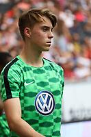 Der ehemalige Eintracht-Jugendspieler Gian-Luca Itter (VfL Wolfsburg) kommt als Profi des VfL Wolfsburg in die Commerzbank Arena zurück und wärmt sich für die zweite Halbzeit auf - 26.08.2017: Eintracht Frankfurt vs. VfL Wolfsburg, Commerzbank Arena, 2. Spieltag Bundesliga