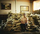 Die 15-Jährige Schülerin  Dascha.  Sie möchte später Anwältin in Donezk werden.  Schule von Marinka im Donbass im ukrainisch kontrollierten Teil, 1,5 km von der Frontlinie. Die Schule wurde mehrmals beschossen. Seit dem Schulanfang am 01. September soll eigentlich eine Waffenruhe herrschen. Von ehemals 350 Kindern sind nur noch 160 an der Schule.