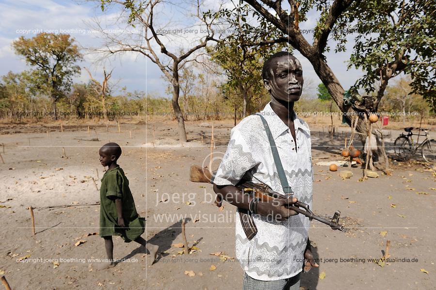 """Afrika Sued-Sudan Rumbek , mit Asche beschmierter Dinka Hirte schuetzen ihre Zeburinder vor Viehdiebstaehlen mit Kalaschnikow Maschinengewehr , Dinkas kaempfen auch fuer die SPLA fuer einen unabhaengigen Suedsudan  -  Afrikaner afrikanisch xagndaz   .Africa South Sudan Rumbek , Dinka tribe protect their Zebu cattle with AK-47 rifle from cattle raider , the also fight with SPLA for independent Southern Sudan state .  [ copyright (c) Joerg Boethling / agenda , Veroeffentlichung nur gegen Honorar und Belegexemplar an / publication only with royalties and copy to:  agenda PG   Rothestr. 66   Germany D-22765 Hamburg   ph. ++49 40 391 907 14   e-mail: boethling@agenda-fototext.de   www.agenda-fototext.de   Bank: Hamburger Sparkasse  BLZ 200 505 50  Kto. 1281 120 178   IBAN: DE96 2005 0550 1281 1201 78   BIC: """"HASPDEHH"""" ,  WEITERE MOTIVE ZU DIESEM THEMA SIND VORHANDEN!! MORE PICTURES ON THIS SUBJECT AVAILABLE!! ] [#0,26,121#]"""