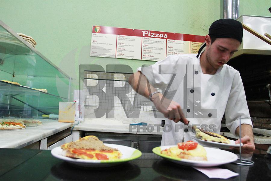 SAO PAULO, SP,  10 DE JULHO - Hoje dia 10 de julho, terca feira, Sao Paulo celebra o Dia Mundial da Pizza. Cidade onde a pizza é mais consumida alem de ser um prato típico  com forte influência de imigrantes italianos. Regiao Central da Capital paulista. FOTO: GEORGINA GARCIA/ BRAZIL PHOTO PRESS.