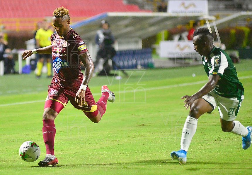 IBAGUE – COLOMBIA, 03-10-2019: Nilson Castrillon del Tolima disputa el balón con Kevin Velasco del Cali durante partido entre Deportes Tolima y Deportivo Cali por la fecha 14 de la Liga Águila II 2019 jugado en el estadio Manuel Murillo Toro de la ciudad de Ibagué. / Nilson Castrillon of Tolima struggles the ball with Kevin Velasco of Cali during match between Deportes Tolima and Deportivo Cali for the date 14 as part of Aguila League II 2019 played at Manuel Murillo Toro stadium in Ibague. Photo: VizzorImage / Juan Carlos Escobar / Cont