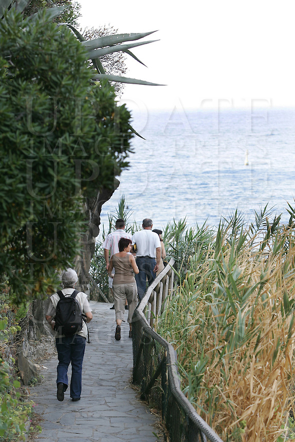 Escursionisti lungo la costa delle Cinque Terre.<br /> Hikers make their way along the coast of the Cinque Terre.<br /> UPDATE IMAGES PRESS/Riccardo De Luca