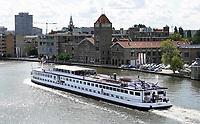 Nederland - Zaandam -  September 2018.  Rivier cruise schip uit Duitsland op de Zaan. Op de achtergrond de oude Verkade Fabriek.   Foto Berlinda van Dam / Hollandse Hoogte