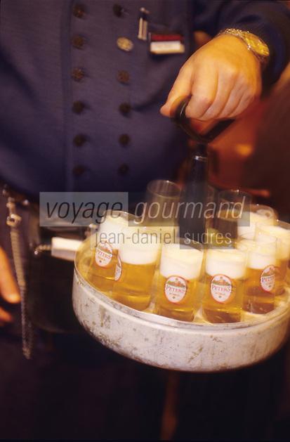 """Europe/Allemagne/Rhénanie du Nord-Westphalie/Cologne: Brasserie typique Brauhaus Peter Service de la bière locale """"la Kolsch"""" Plateaux ronds en fer blanc"""