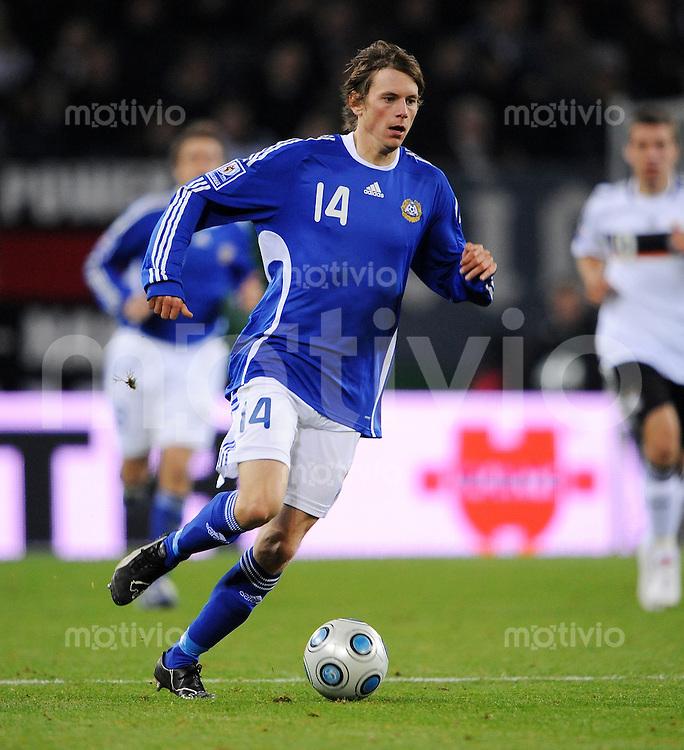FUSSBALL   INTERNATIONAL   WM QUALIFIKATION  2010 Deutschland - Finnland           14.10.2010 Kasper HAEMAELAEINEN (Finnland) Einzelaktion am Ball