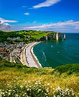 Frankreich, Normandie, Département Seine-Maritime, Etretat: Stadt, Strand und Kreidefelsen | France, Normandy, Département Seine-Maritime, Etretat: Town and Beach Overview