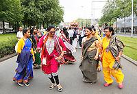 Nederland Rotterdam  2016. Hare Krishna . Ratham Yatra optocht met versierde kar door de binnenstad van Rotterdam. Vrouwen dansen op straat. Hare Krishna is een beweging binnen het Hindoeisme.  Foto Berlinda van Dam / Hollandse Hoogte