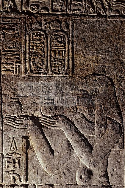 Afrique/Egypte/Edfou: Le temple d'Edfou consacré à Horus- Offrande du vase de vin