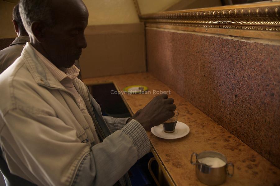 deguster un macchiato dans un des nombreux cafes d asmara est le passe temps favori des Asmarinos, les habitants d Asmara. Bar tre stelle..Tre stelle bar. old regulars wearing Borsalino hats sip wonderful macchiatos in lively surrounds. Vintage gaggia cofe machine.