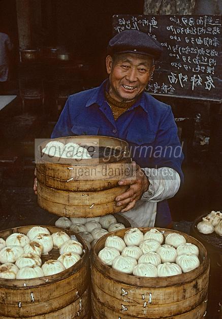 Asie/Chine/Jiangsu/Env Nankin&nbsp;: March&eacute; libre de la rue Shan-Xi - Marchand de petits p&acirc;t&eacute;s cuits &agrave; la vapeur Dim-sum<br /> PHOTO D'ARCHIVES // ARCHIVAL IMAGES<br /> CHINE 1990